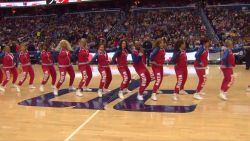 Deze cheerleaders op leeftijd dansen de pannen van het dak