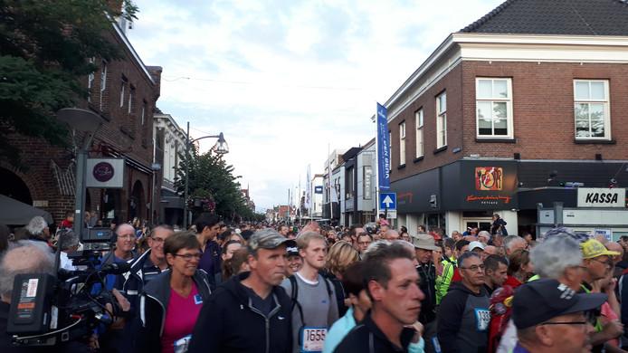2613 wandelaars lopen aan het begin van De 80 van de Langstraat.