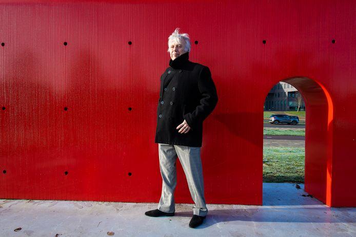 Gerrit Steenbergen is een van de drie mensen die zich gaan buigen over nieuwe kunst langs de straat. De rode muur op de Koning Stadhouderlaan is wat hem betreft een goed voorbeeld van het juiste werk op de juiste plek.