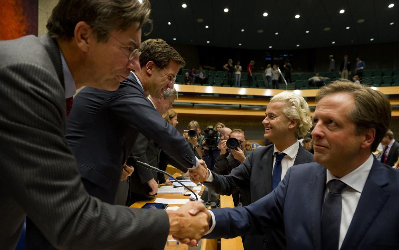 Verhagen, Rutte, Wilders en Pechtold schudden handen na afloop van de tweede dag van de Algemene Politieke Beschouwingen in 2011. Beeld ANP
