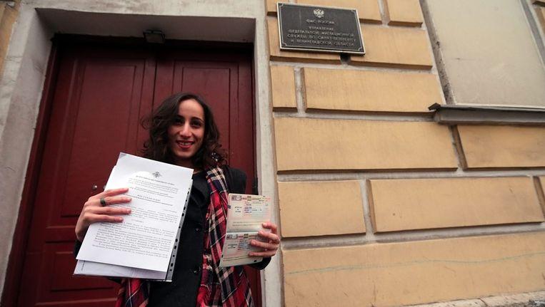 Faiza Oulahsen laat haar visum zien. Beeld epa