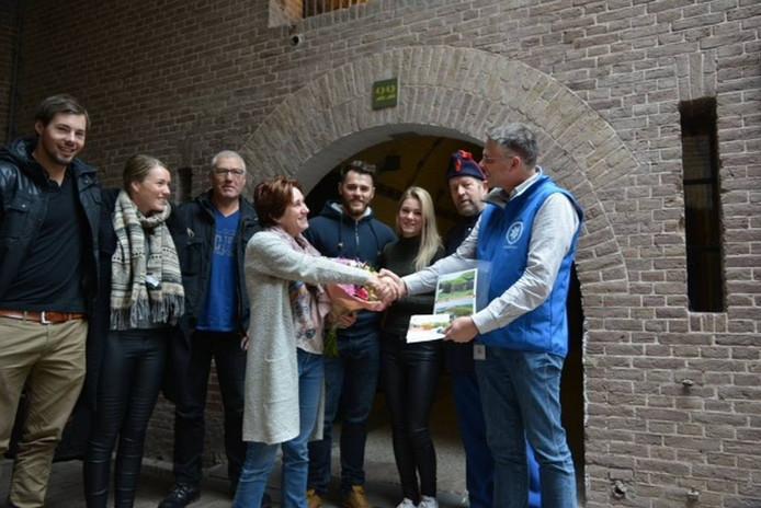 Marco Houtschild van Fort Pannerden feliciteert Huissense Sylvia Heskes. Foto PR