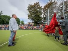 Kunstgrasveld in Delden als cadeau voor scheidende directeur Geert Ros