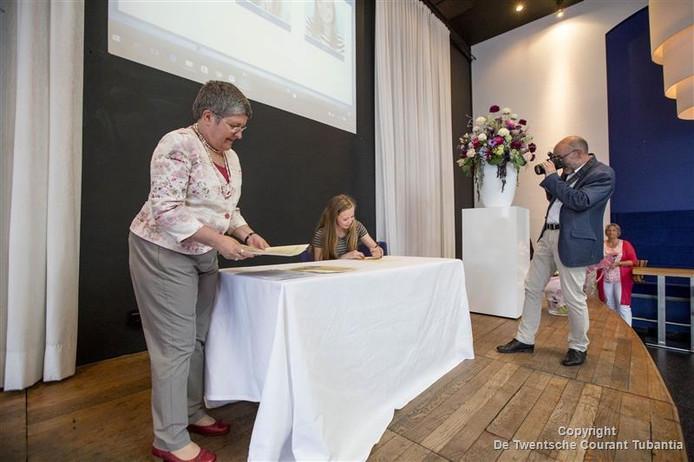 De ambassadeur van Canada, Sabine Nölke, reikt certificaten tweetalig onderwijs uit aan leerlingen van het Canisius in Tubbergen. De leerlingen zijn heel actief bij herdenking slachtoffers Tweede Wereldoorlog.