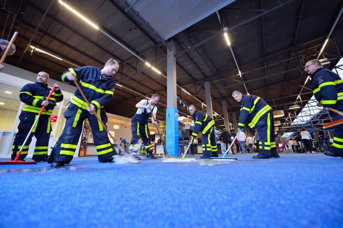 Brandweermannen maken vloer Ballorig droog.