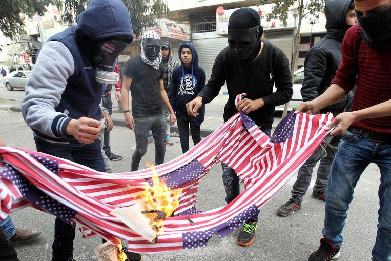 Palestijnen verbrandden vrijdagavond de Amerikaanse vlag uit boosheid over het besluit van Trump.
