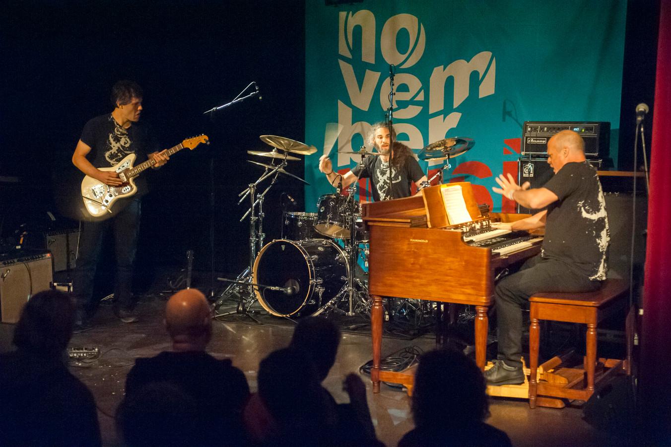 Similacrum speelde in W2 poppodium stevige orgeljazz met metal-invloeden: Matt Holleberg op gitaar, Kenny Grohowski op drums en Martin Medeski op hammondorgel.