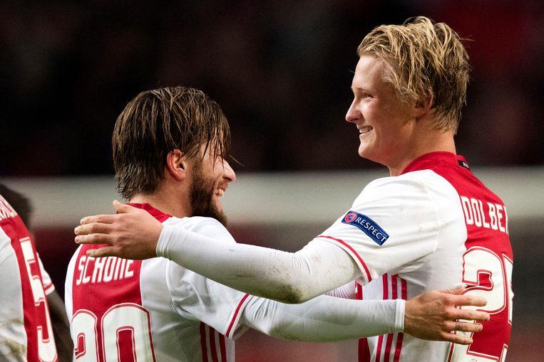 Kasper Dolberg (R) viert in de Arena zijn 1-0 voor Ajax met Lasse Schone. Beeld ANP