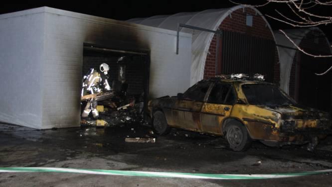 Autowerkplaats en twee oldtimers vernield bij brand in loods in Poelkapelle