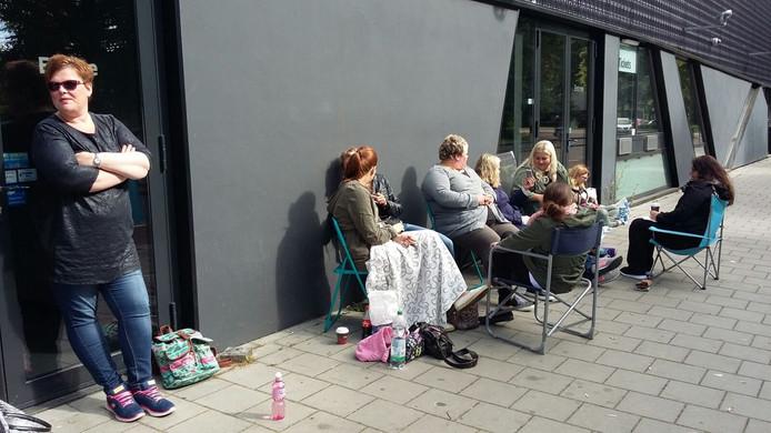 De fans wachten al sinds 05:00 vanmorgen voor poppodium Hedon