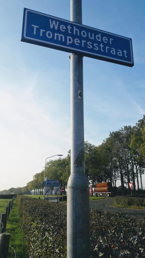 De Wethouder Trompersstraat, met op de achtergrond de N285  tussen Zevenbergen en Langeweg,