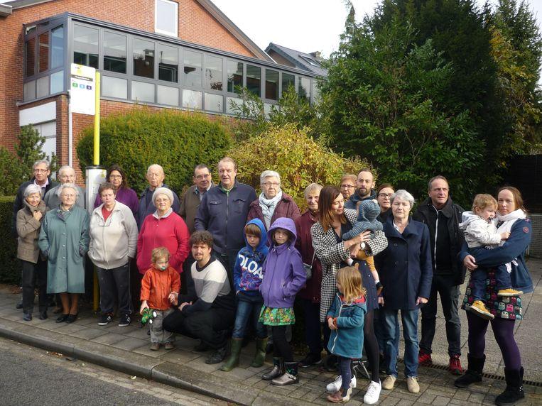 Een groepje buurtbewoners verzamelt aan de bushalte langs de Hoegaardsestraat die vanaf 9 januari zal verdwijnen.