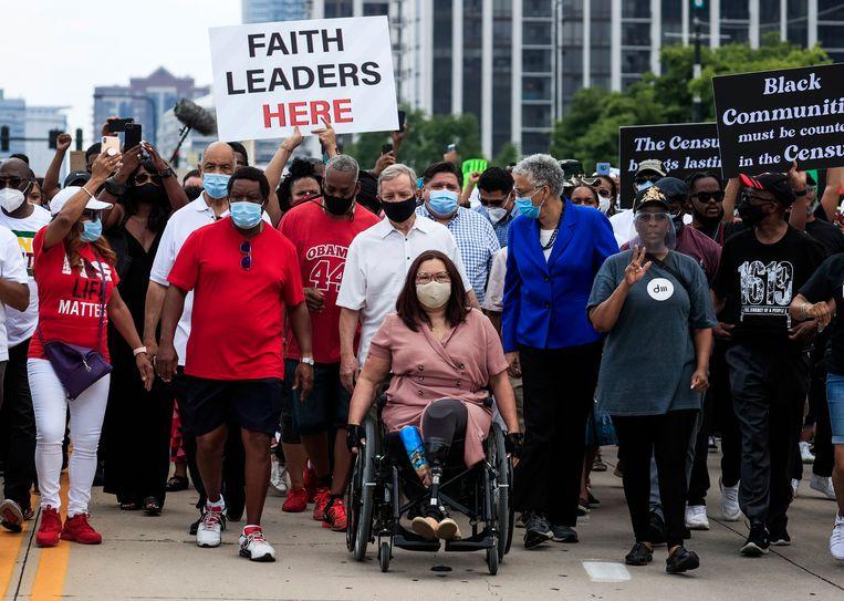 Tammy Duckworth (in rolstoel) tijdens een Black Lives Matter-mars. Beeld EPA