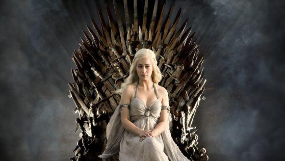 Daenerys van Huis Targarian op de troon in Game of Thrones.