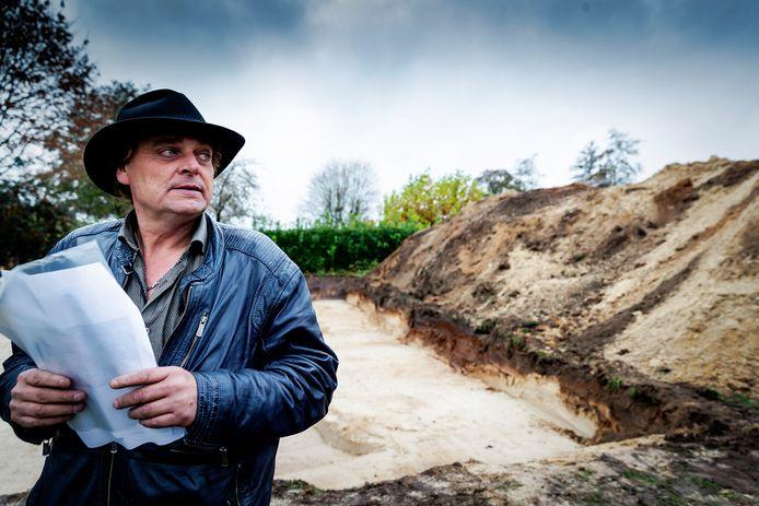 Jan Huzen bekijkt na afloop de graafwerkzaamheden van de politie op een perceel in het Drentse Koekange.