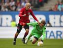 Robben zat het afgelopen jaar niet stil. Hier snelt hij langs Rene Adler in de afscheidswedstrijd van Rafael van der Vaart.