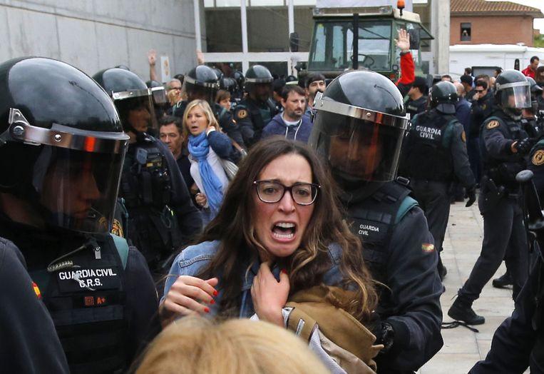 De Spaanse politiediensten traden op 1 oktober 2017 hard op aan verschillende kiesbureaus in Catalonië. Meer dan 1.000 mensen hadden verzorging nodig in het ziekenhuis.