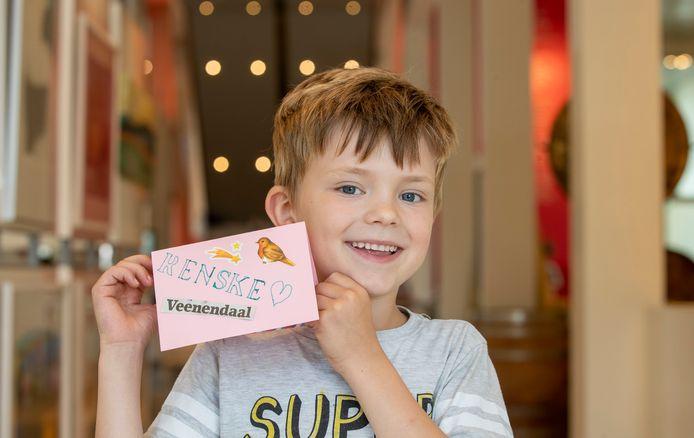 Koen Hop poseert met zijn ansichtkaart.
