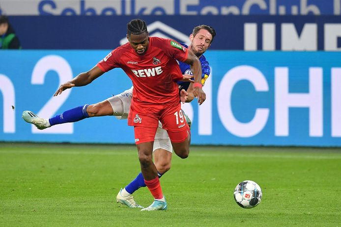 Kingsley Ehizibue in duel met Schalke-spits Mark Uth.