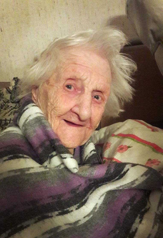 Catharina Meessen op 103-jarige leeftijd, toen Trouw-redacteur Alwin Kuiken haar bezocht. Beeld Alwin Kuiken