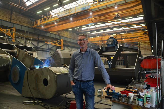 Maarten Hozee in de hal met de grijpers in aanbouw.