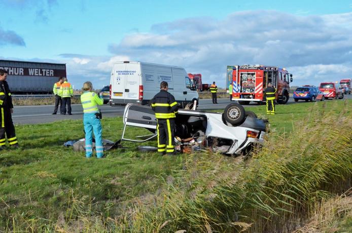 Auto slaat over kop op A4 bij Dinteloord