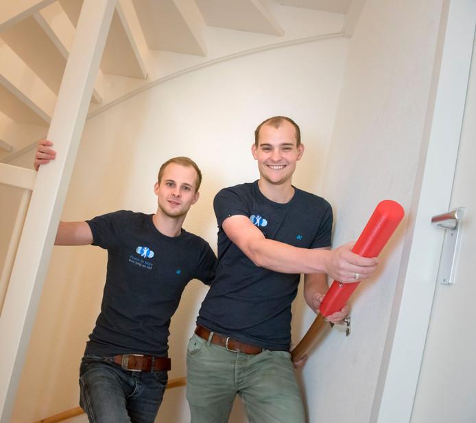 Fysiotherapeuten Jeremy (l) en Joël Blom uit Zeewolde wonnen 10.000 euro met Het Beste Zorgidee 2017: de trapleuningverlenger. Het op de markt brengen blijkt moeilijker dan gedacht.