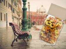 Pakken pasta op Italiaanse stadsbankjes: 'Pak maar als u het nodig heeft'