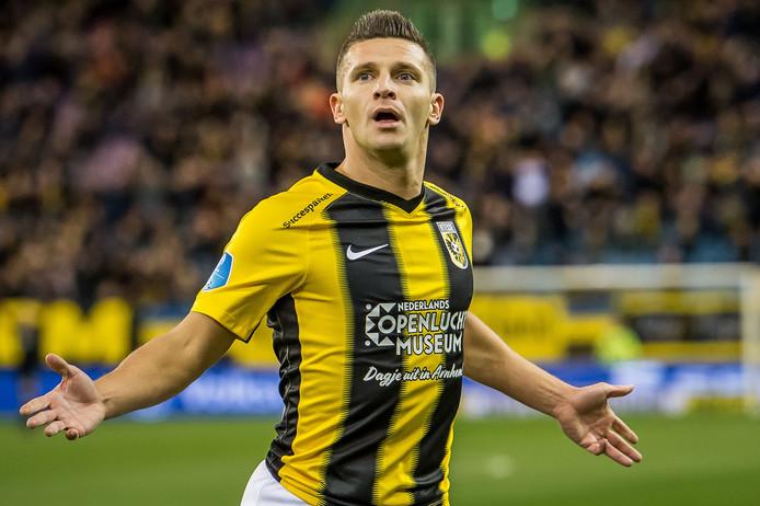 Bryan Linssen juicht na zijn goal tegen Heerenveen.