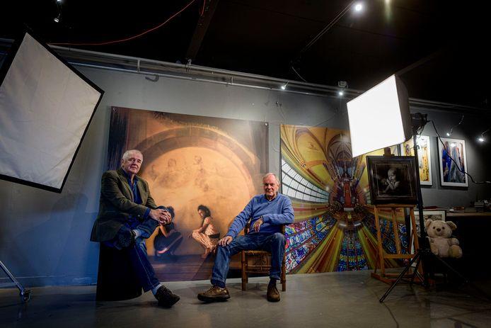 """HENGELO - Jos Rikkerink (links) en Marcel Kistemaker in de fotostudio.  """"Er is geen scheiding tussen onze winkels. Als je zou willen, kun je in elkaars boekhouding kijken. Dat doen we niet. Kan alleen als je elkaar vertrouwt."""""""