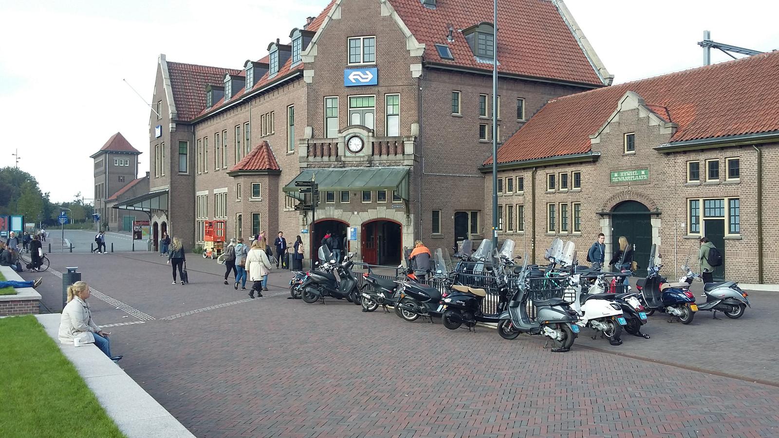 Het station in Deventer, waar een man vanmiddag zijn geslachtsdeel uit zijn broek haalde en zichzelf in het openbaar bevredigde.