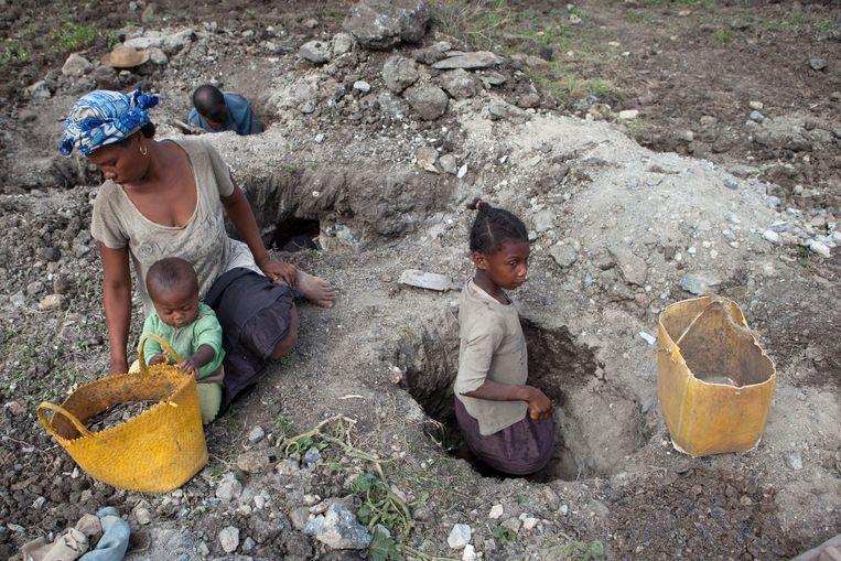 Een tienjarig meisje werkzaam in een mijn in de regio Anosy in Madagaskar.