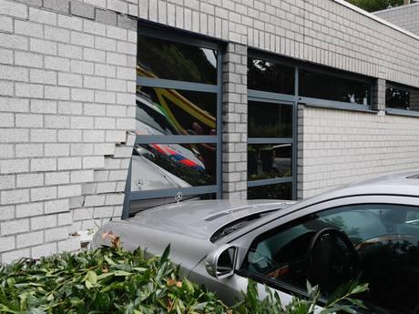Auto rijdt tegen gevel van dokterspost in Eindhoven, geen gewonden