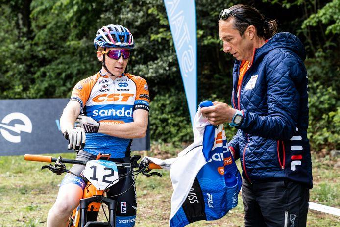 Kjell van den Boogert (links) de e-bike rijder uit het team van  Bart Brentjens.