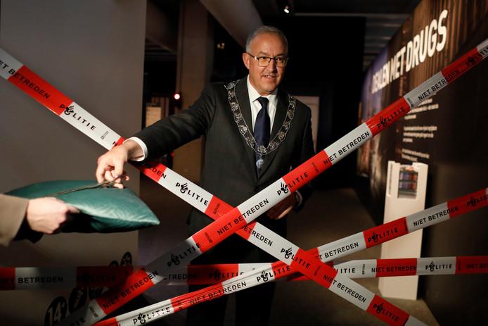 Burgemeester Ahmed Aboutaleb van Rotterdam opent de tentoonstelling 'Dealen met Drugs' in het Maritiem Museum Rotterdam in 2018.