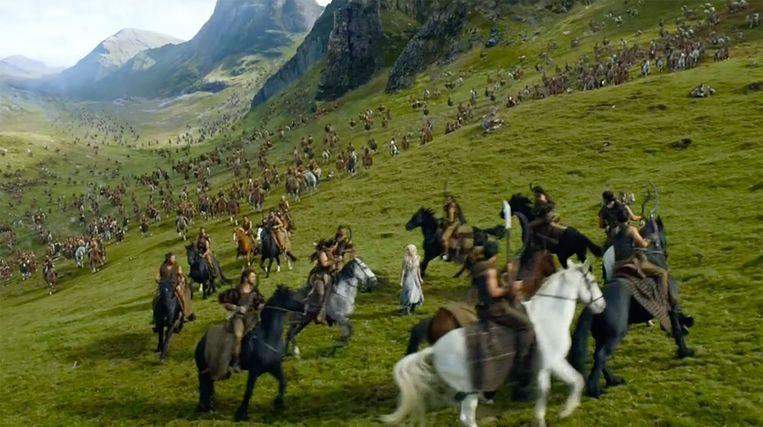 Khaleesi wordt omsingeld door een khalasar. Beeld HBO