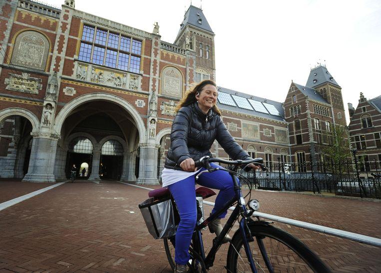 Een fietser komt uit het tunneltje van het Rijksmuseum. Beeld anp