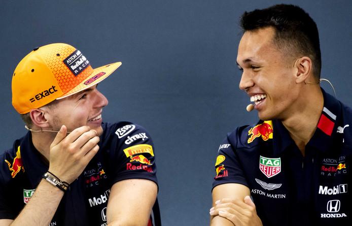 Max Verstappen heeft de grootste lol met Alexander Albon.