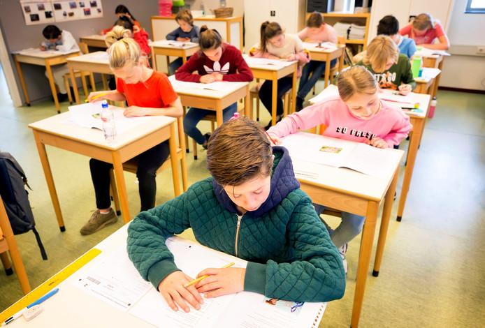 Kinderen in groep 8 op de basisschool Dirk van Veen bezig met hun CITO toets.