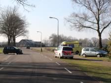 Auto eindigt in voortuin na botsing op kruising in Heeten