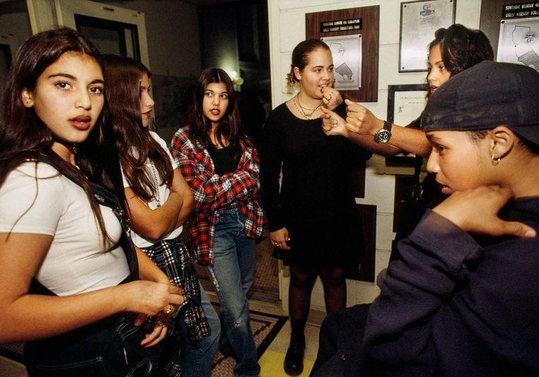Kim Kardashian (12) met haar zus Kourtney (derde van links), tijdens een schoolfeestje in Bel Air, Los Angeles, 1992. Beeld Lauren Greenfield/INSTITUTE