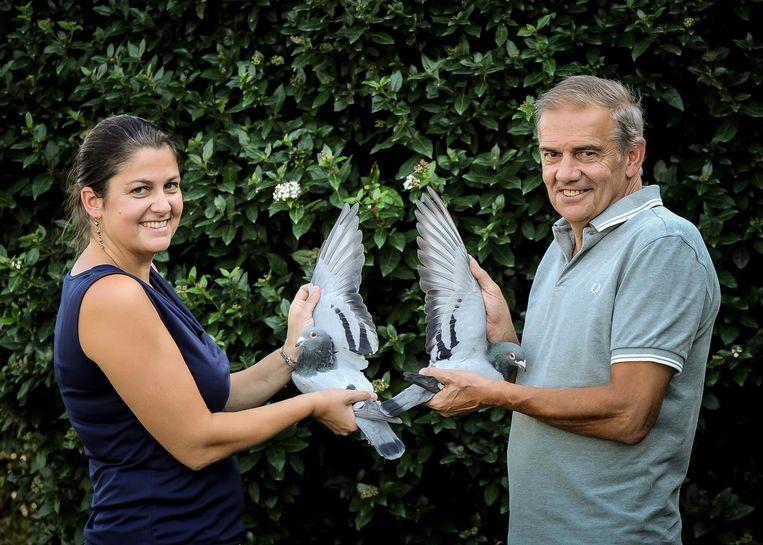 Dochter Ilse en haar vader Gaby met twee prijsduiven.
