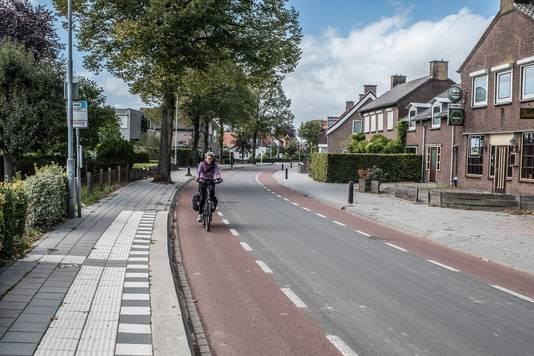 De Steenheuvelsestraat die dwars door Leuth heen gaat.