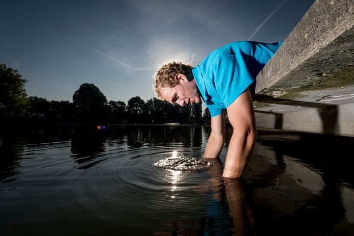Rudy Agterkamp van bedrijf Aqualysis neemt watermonsters in het Tuindorpbad voor controle waterkwaliteit.