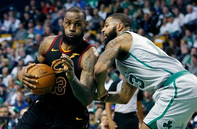 LeBron James (links) in actie tegen Marcus Morris van Boston.