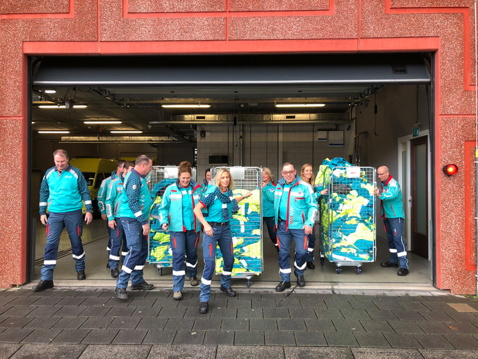 Voortaan gaat het ambulancepersoneel in Zuid-Holland Zuid gekleed in dit groenblauwe-uniform.