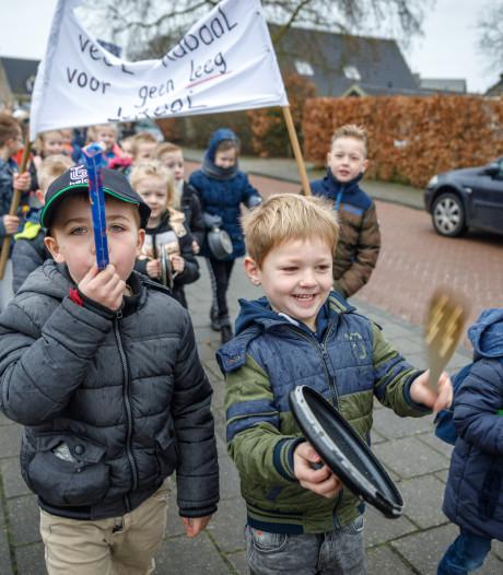 Lawaaiprotest leraren en kinderen in Steenwijkerwold: 'Veel kabaal voor geen leeg lokaal'