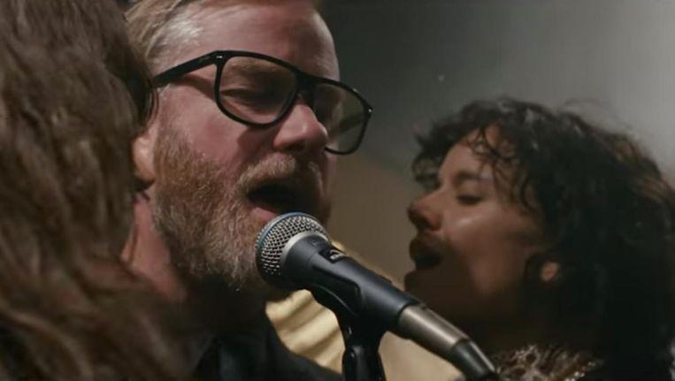 Matt Berninger, zanger van The National, in de videoclip van I'll Still Destroy You. Beeld YouTube