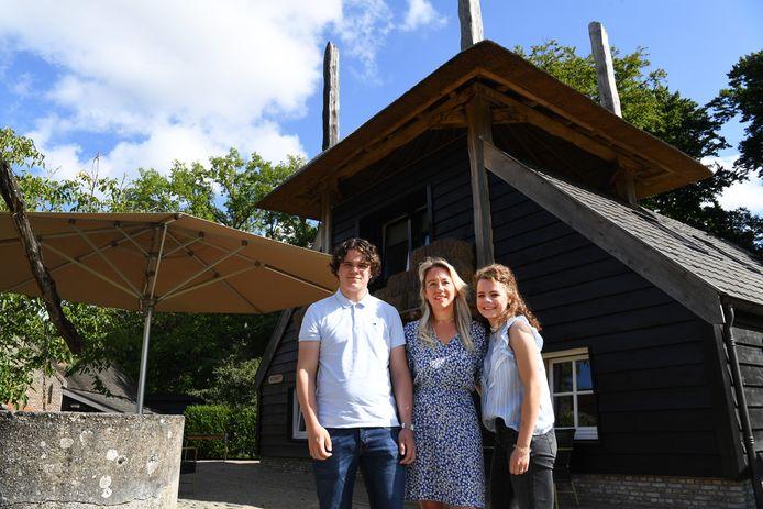 """Het afscheid op Landgoed Ulvenhout was intiem. ,,Deze plek is voor ons net een sprookjesbos"""", zeggen (vlnr) Teije, Susanne en Elfie."""