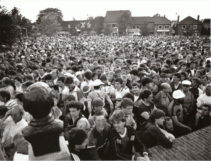 Het culturele leven in Someren kent al decennialang enkele jaarlijkse uitschieters. Daartoe behoren zeker de openluchtspelen in natuurtheater De Donck en de Kennedymars op de eerste zondag in juli. Op de foto: start Kennedymars op het Wilhelminaplein in 1991.